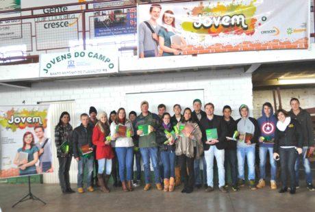 Grupo de jovens participa de evento sobre cooperativismo em Santo Antônio do Planalto