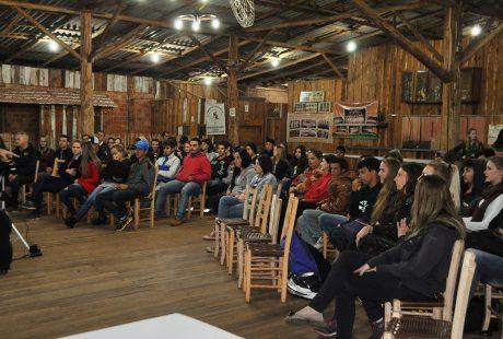 Jovens debatem alternativas de economia solidária em Santo Antônio do Planalto