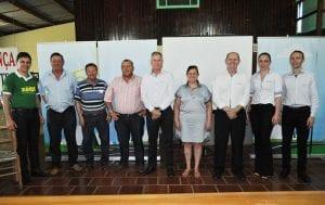 Membros da diretoria acompanhados de colaboradores, coordenadores de núcleo e conselheiros