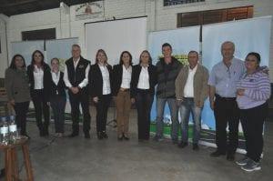 Diretoria, acompanhada por gerentes, conselheiros, coordenadores e colaboradores