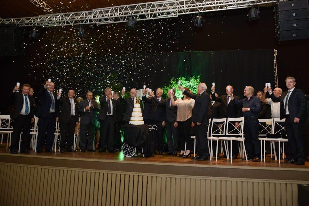 Presentes brindaram os 35 anos da instituição financeira cooperativa