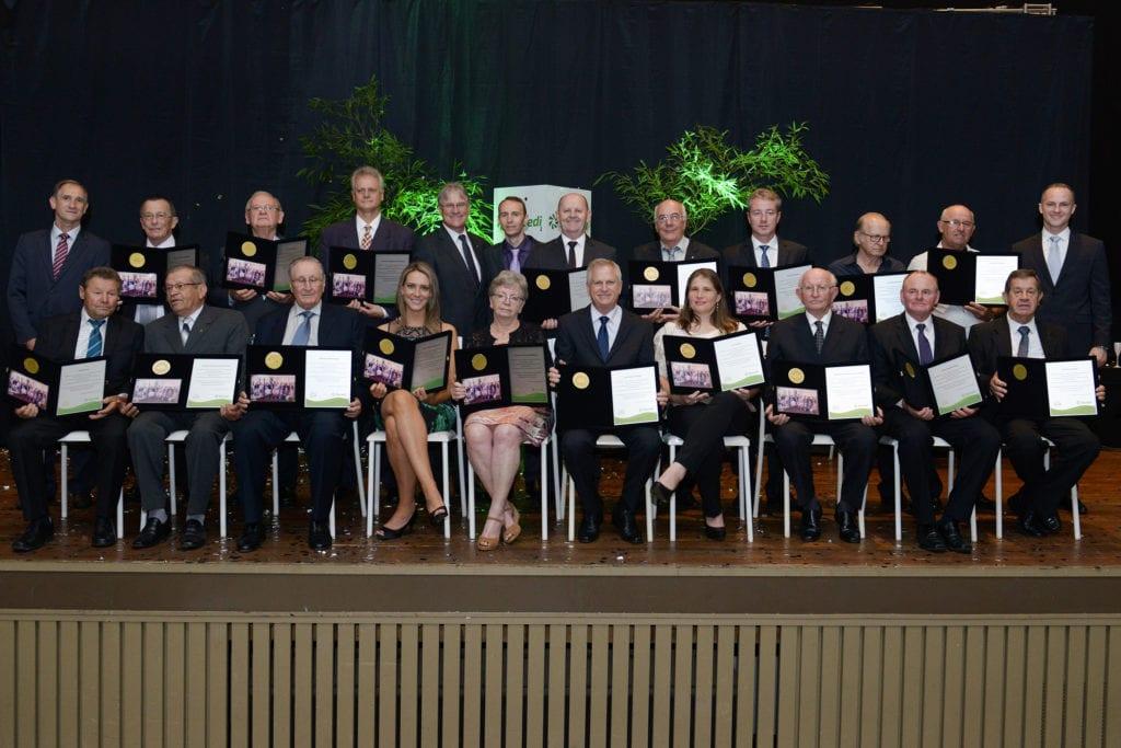 Fundadores homenageados, acompanhados da diretoria