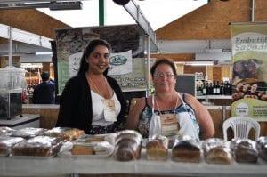 Dona Dalva e a ajudante expuseram os produtos na Expodireto 2017