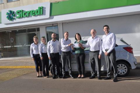 Sicredi Cooperação RS/SC entrega automóvel para ganhadora da Promoção Coopere e Ganhe