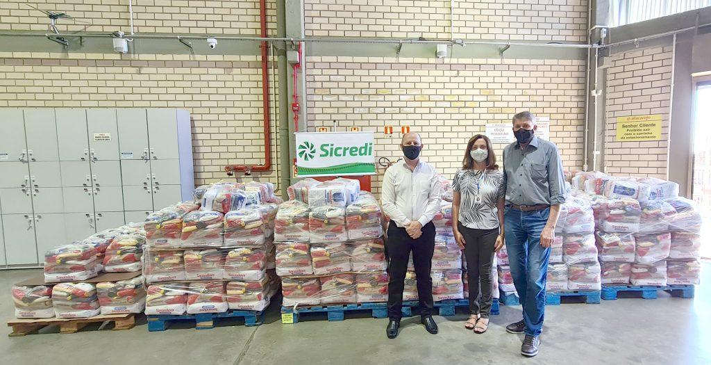 Presidente Gervásio Diel fez a entrega das doações para a Secretária Andréia Schmitz e Prefeito Milton Schmitz